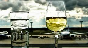 Названы авиакомпании, подающие лучшие вина на борту